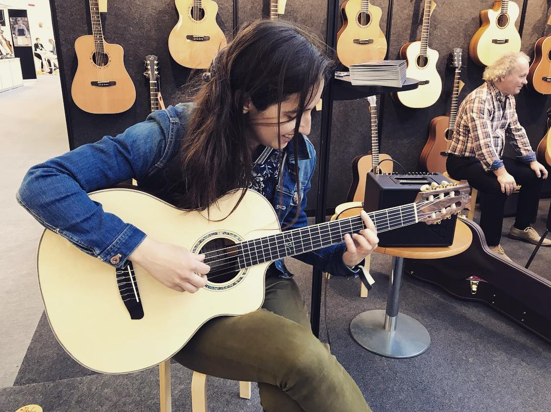 Nina Marinová hraje na nástroj z továrny své rodiny, zdroj: Dowina
