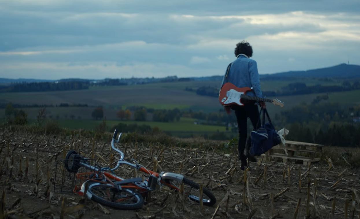 Matej Kolak v klipu Torn Damn Soul