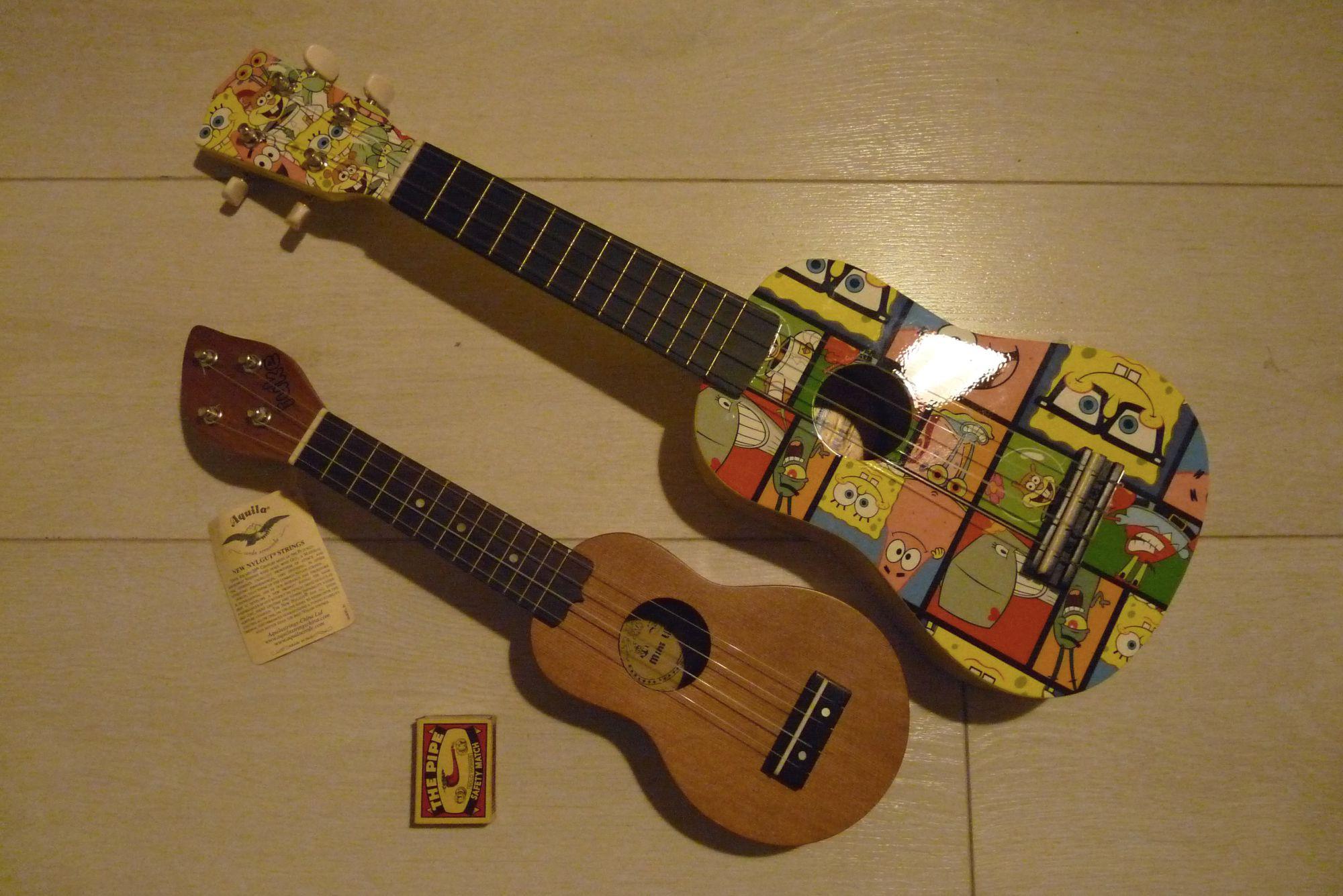 Kapesní ukulele ve srovnání s klasickým sopránovým ukulele.