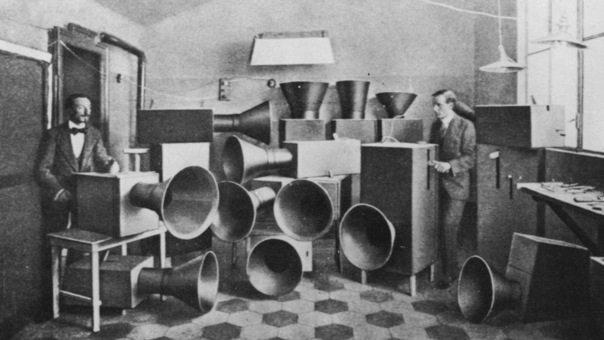 Luigi Russolo a jeden z jeho experimentátorských hudebních nástrojů ze začátku 20. století, zdroj: Trivium Art History