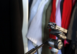 Otevřená skříň s oblečením zatlumí ledacos. Čím více oblečení tím lépe - s hloubkou kolem 40 cm pohlcuje i nižší frekvence