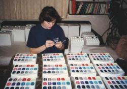 Ruční plnění prodejních boxů trsátky George Dennis pro japonský trh (na fotce budoucí žena pana Janíčka, Kamila; 1994)
