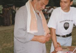 Wabi Daněk si na Mohelnickém dostavníku prohlíží trsátka Brain (1999).