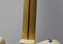 Krytí výstuže krku u Fenderu... - tzv. skunk-stripe