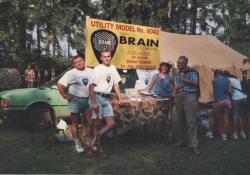 Rok 1999 a první veřejná prezentace trsátek BRAIN na Mohelnickém dostavníku. Popis pana Janíčka: Zleva má zelená Škoda 105 L (tehdejší věk 15 let), můj švagr Václav, já (tehdejší věk 34 let), krabička s trsátky BRAIN, moje sestra Hana a můj otec Jan Janíček (tehdy měl 78 let) - ten co mě naučil nástrojařské řemeslo.