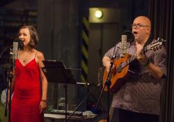 V Půljablkoni zpívá s kytaristou Michalem Němcem