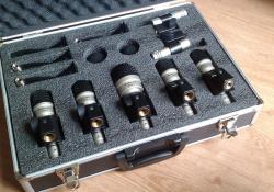 Naše sada mikrofonů k bicím. Výsledek nic moc, i když samozřejmě nezáleží jen na kvalitě mikrofonů.