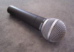 Typický live dynamický mikrofón, dnes už klasika SM-58