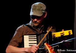 V nouzi hraju i na akordeon...  (foto: archiv Vítka Beneše)