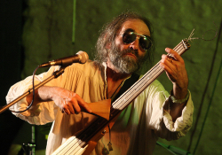 Vlastislav Matoušek se svou baskytarou