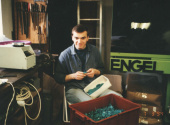"""Při práci na zakázce pro firmu George Dennis (objednávka pro Japonsko). Ruční olamování a třídění """"čerstvě"""" vyrobených trsátek v garážové dílně kolegy J. Drašnara (1994)."""