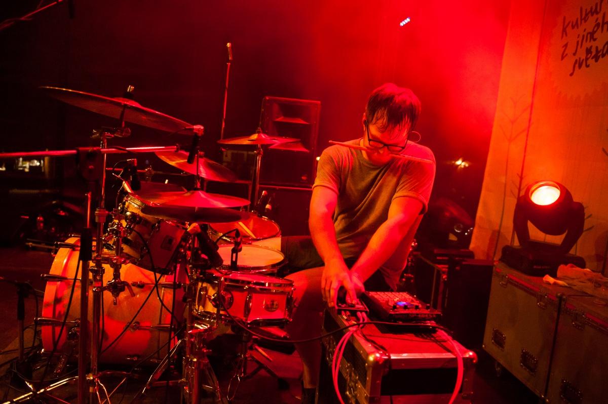 Promotérství je větší dřina než za bicími, musíte někdy zatnout zuby; foto: Pavel Strážay (Adam Betts)